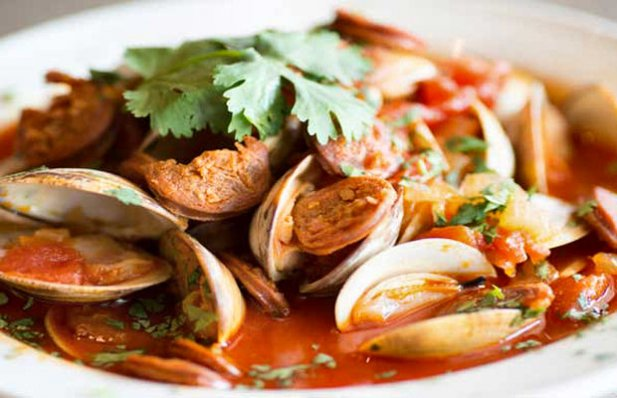 How to make Portuguese spicy clams with chouriço and tomatoes.