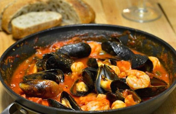 How to make Portuguese mussels and shrimp in chouriço sauce.