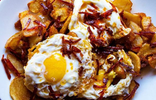 How to make Portuguese fried eggs with chouriço and fries.