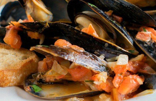 Portuguese Mussels in Garlic Sauce Recipe - Portuguese Recipes