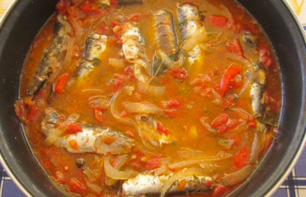 This Portuguese sardine stew recipe (molho de sardinhas) makes a mouth watering, delicious meal, served with boiled potatoes.