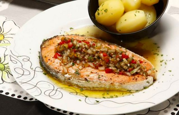 This Portuguese grilled salmon with pepper vinaigrette (salmão grelhado com vinagrete de pimentos) recipe is a light and tasty meal that is easy to prepare.