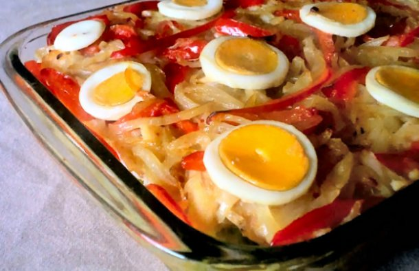A delicious Portuguese cod casserole with cabbage recipe (receita de travessa de bacalhau com repolho) with olive oil.