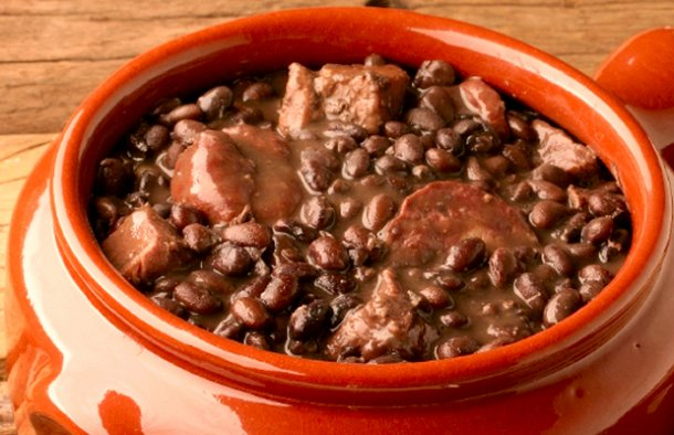 Serve this amazing Azorean Beans (feijoada açoriana) with corn bread (pão de milho/broa), enjoy.