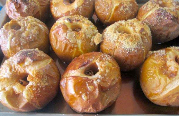 These Portuguese roasted apples with honey, cinnamon and Port wine (maçãs assadas com mel, canela e vinho do Porto) make a great tasty snack.