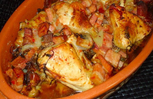This mouthwatering Portuguese chicken with bacon recipe (receita de frango com bacon) is as easy as it gets to prepare, enjoy.