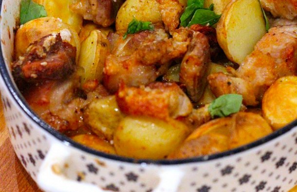 Serve this amazing Portuguese pork and potatoes (porco com batatas) with sauteed cabbage, broccoli or a green salad.