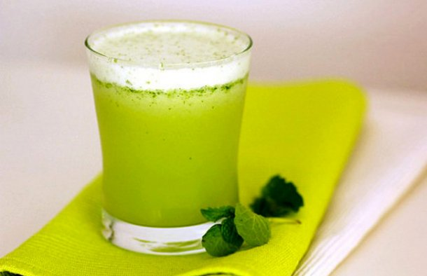 This refreshing Portuguese pineapple juice with mint drink (sumo de abacaxi com menta) is the easiest drink you will ever prepare.