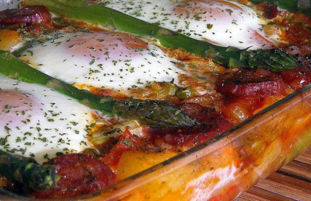 Enjoy these amazing Portuguese baked eggs with ham and chouriço sausage (ovos à espanhola) for brunch, lunch or dinner.