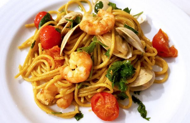 This Portuguese spaghetti with shrimp, clams and cherry tomatoes (esparguete com camarão, ameijoas e tomate cereja) is very flavorful.