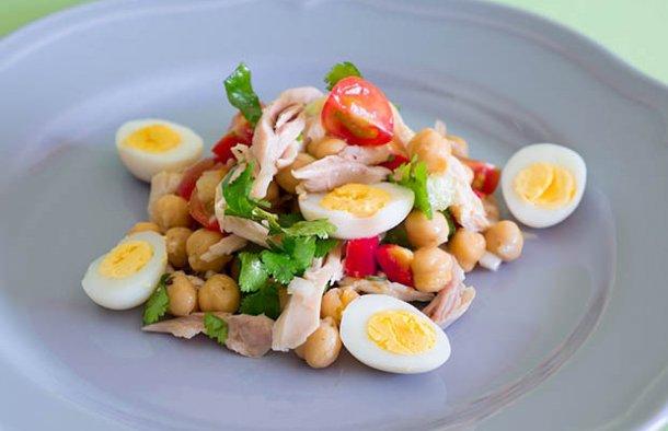 This amazing Portuguese chicken and chickpea salad recipe (receita de salada de Frango com grão) is very easy to prepare if you have everything ready.