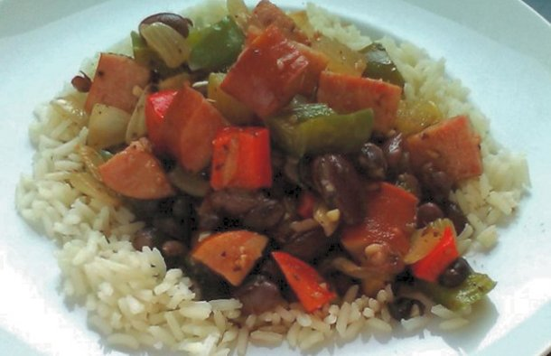This Portuguese rice and beans with linguiça recipe (receita de arroz e feijão com linguiça) is very easy to make.