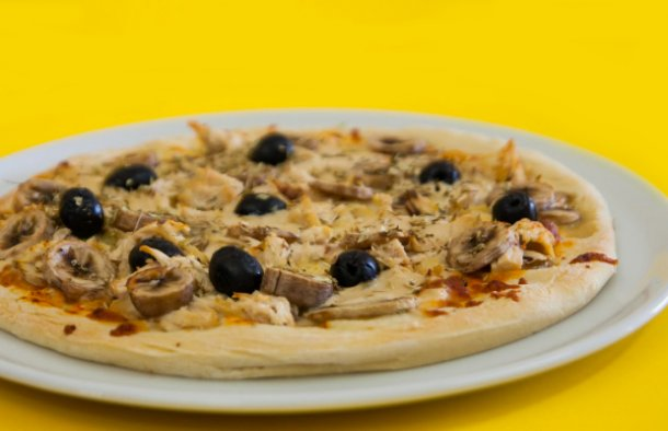 This Portuguese style chicken and mushroom pizza (pizza de frango e cogumelos) takes less than 30 minutes to make and tastes amazing.