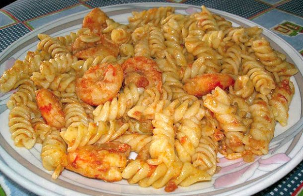 This amazing Portuguese pasta with shrimp recipe (receita de massa com camarão) is very quick to make and makes a great week night meal.