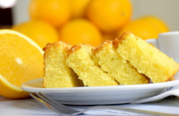 This moist and fluffy Portuguese orange cake (bolo húmido e fofo de laranja) is easy to make and tastes amazing.