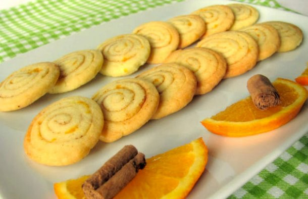 This delicious Portuguese orange cookies with cinnamon recipe (Receita de bolachinhas de laranja) is very easy to make and these cookies have great presentation.