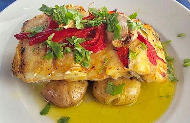 This delicious Portuguese baked cod with bell pepper recipe (receita de bacalhau no forno com pimentão) makes a great meal for 1 person.