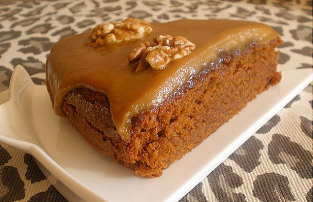 This amazing Portuguese caramel and pecan cake (bolo de caramelo e pecan) makes a great dessert or a snack, enjoy.
