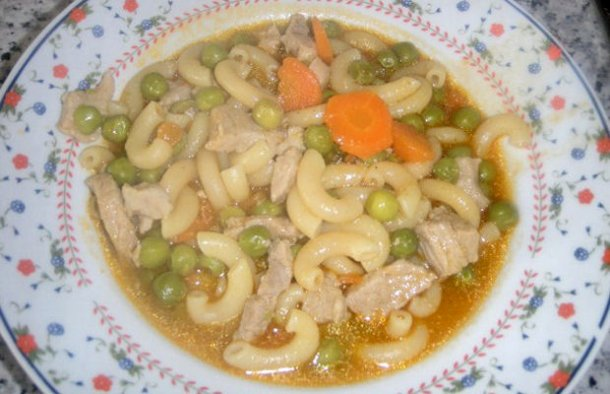 This healthy and delicious Portuguese meat, pasta and peas soup recipe (receita de sopa de massa de carne com ervilhas) is very easy to make.
