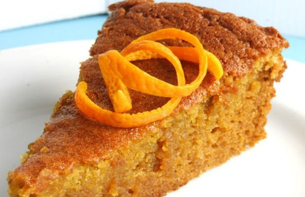 Almonds make all the difference in this Portuguese moist orange and carrot cake recipe (receita de bolo de laranja e cenoura húmido). Enjoy after a meal with your favorite beverage.