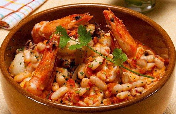 Serve this amazing Portuguese seafood beans (feijoada de marisco) with some white rice, enjoy.
