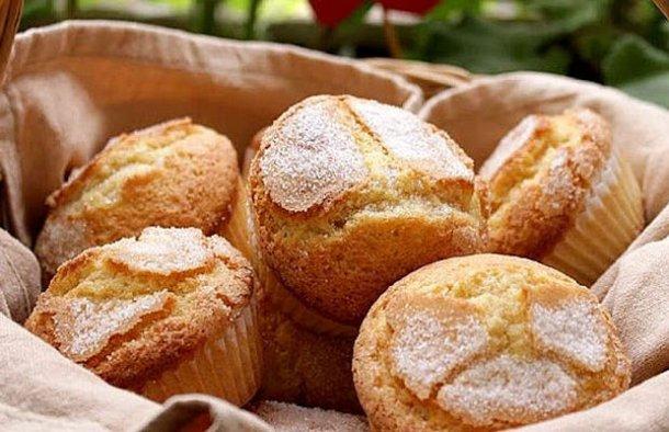 This Portuguese old fashioned madalenas recipe (receita antiga de madalenas) is easy to prepare and makes a great snack.