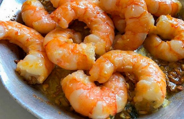 This delicious and quick to make Portuguese simple garlic shrimp recipe (receita simples de camarão com alho) makes a great appetizer for two people.