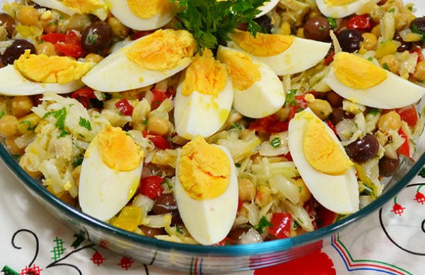 This delicious and healthy Portuguese cod & chick pea salad (salada de bacalhau com grão de bico) is very easy and quick to make.