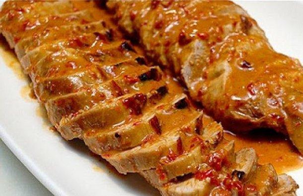 This delicious Portuguese roasted pork tenderloin with Port wine sauce (lombinhos de porco no forno com molho de vinho de Porto) is easy to prepare.