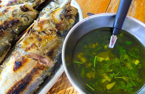 This Portuguese grilled fish sauce (molho para peixe grelhado) is great over grilled fish served with boiled potatoes also seasoned with this sauce.
