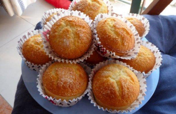 This Portuguese rice cakes recipe (receita de bolos de arroz) is very simple and quick to make.