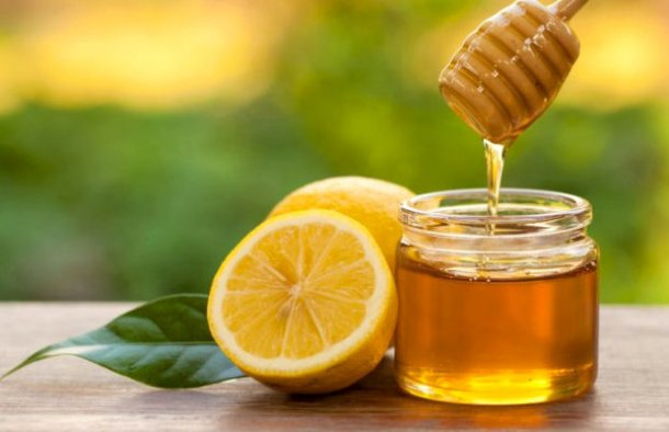 This homemade cough syrup made with lemon and honey (xarope caseiro para a tosse) is very easy and quick to make.